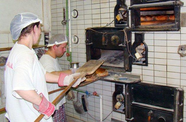 Pekařství vOpatově má starší pec ze 60.let minulého století iautomatickou pec, jejíž součástí je ipás pro sázení těsta. Obejde se tak téměř bez zásahu lidské ruky.