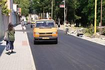 Ulice Vítězslava Nezvala sloužila jako objízdná trasa loni opravovaného průtahu. Teď zrekonstruovali i ji.