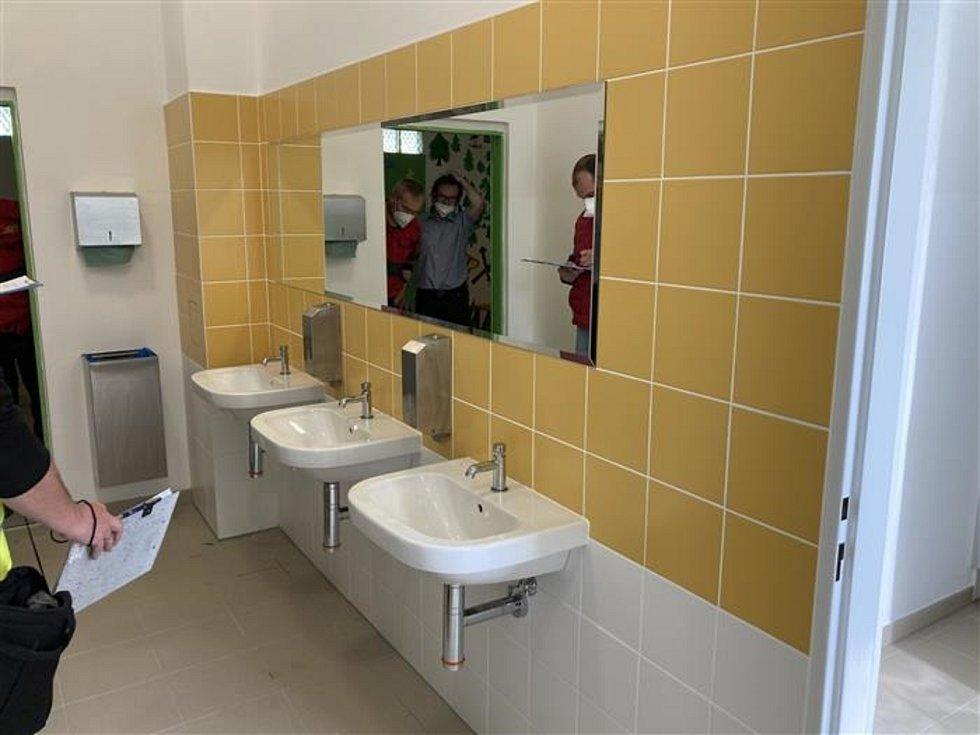 Na základní škole finišuje rekonstrukce sociálního zázemí.
