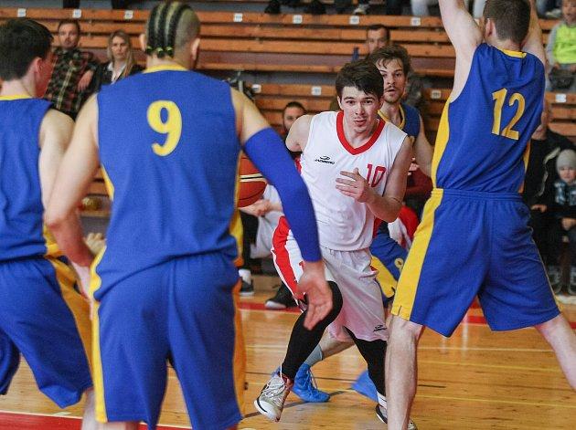 Zatímco v předešlém dvojutkání play-off s Kyjovem (na snímku) se třebíčským basketbalistům (v bílém) dařilo v obraně i střelecky, to už ve finále proti Žabovřeskám neplatilo. Hráči z Vysočiny prohráli doma o 30 a venku o 33 bodů.