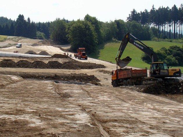 Také během neděle pokračovaly stavební práce na dopravním úseku mezi Okříškami a Zašovicemi. Silnice by po jejich skončení měla být nejen sjízdnější, ale také přehlednější. Otevřít by se měla v polovině října.