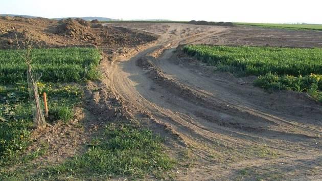 Holé pole. Vzrostlou ozimou pšenici na ploše jednoho hektaru zlikvidovaly u Kožichovic stroje stavební firmy.