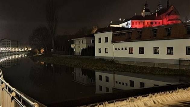 Červená světla na bazilice v Třebíči připomenou pronásledované kvůli víře