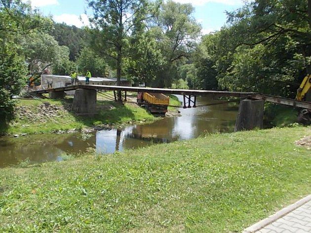 Lávka přes řeku Oslavu za sokolovnou v Náměšti. Na jejím místě bude stát nová.