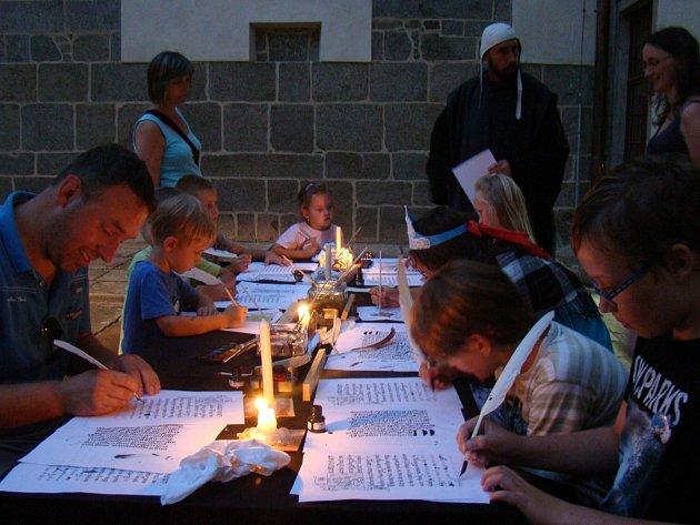 V rámci Hradozámecké noci se na zámek do Třebíče vrátili benediktinští mniši i jejich přepisování knih.
