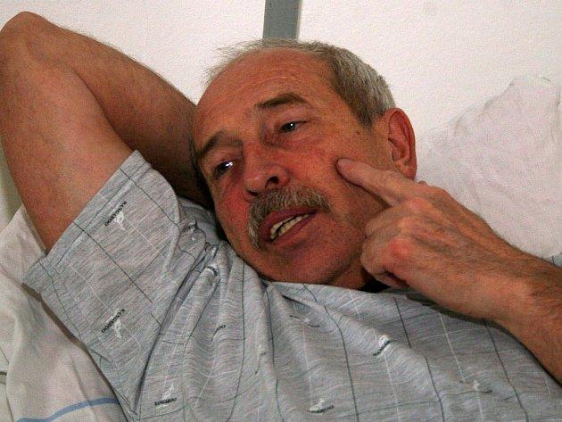 Miloš Mašek v nemocnici po napadení na radnici.