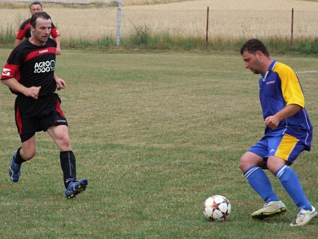 Fotbalisté Studence (ve modrém) roli favorita v prvním kole Poháru OFS Třebíč sice splnili, ale domácí Smrk, který hraje nejnižší soutěž, jim byl důstojným soupeřem.