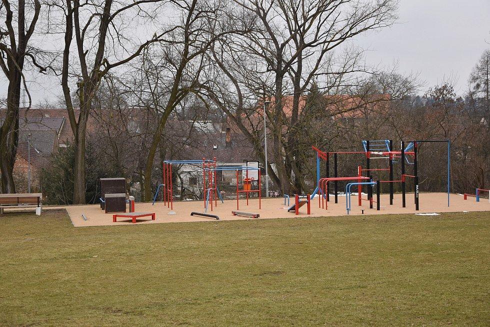 Hřiště v areálu základní školy a sokolovny ve Valči