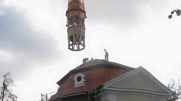 Vyzvednutí a usazení věže na střechu kostela dělníkům zabralo deset minut.