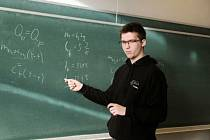 2. Z fyziky mě zatím nejvíc baví analytická mechanika, jelikož dokáže popsat okolní svět elegantněji než obyčejná Newtonovská mechanika, kterou se učíme ve škole. Rozdíl mezi nimi je v tom, že každá začíná výpočet pomocí různých veličin. Newtonovská použí