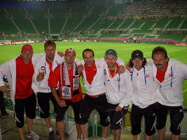 Členové sdružení Pravidelný čtvrtky po návštěvě  utkání Mistrovství Evropy mezi českým týmem a Ruskem v polské Wroclawi.