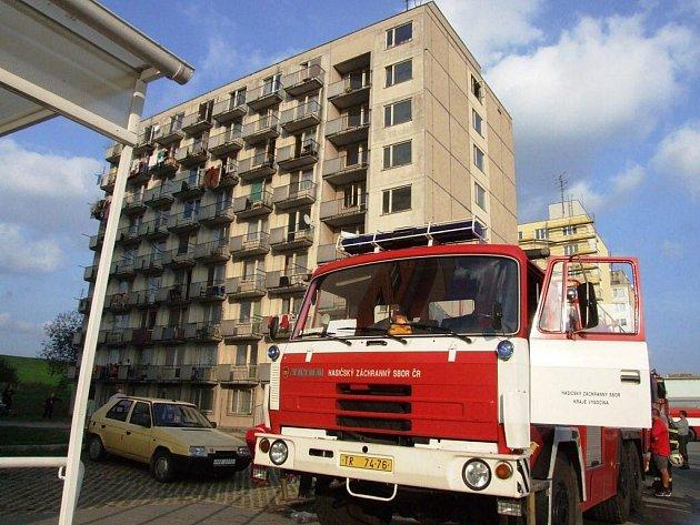 Kolem patnácté hodiny začalo hořet v jednom z bytů v posledním patře ubytovny v ulici Manž. Curieových.