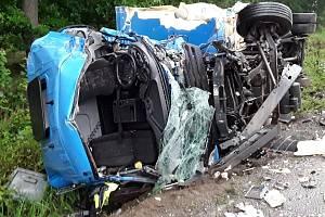 Oba řidiče museli hasiči z havarovaných vozidel vyprostit za použití hydraulického nářadí.