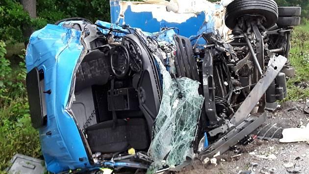 FOTO: U Třebelovic se srazila dvě nákladní auta. Jeden řidič nehodu nepřežil