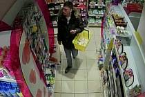 Policisté hledají muže, který kradl v prodejnách s drogistickým zbožím ve Stop Shopu v Třebíči.