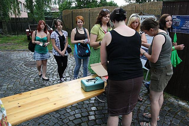 Druhý ročník rockového a punkového festiválku kapel, které mají něco společného s Třeští, začal v sobotu v osmnáct hodin na zahradě místního Schumpeterova domu.