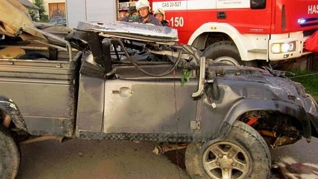 Sílu nárazu dokumentuje snímek přímo z místa události, terénní auto po něm zůstalo zcela zničené.