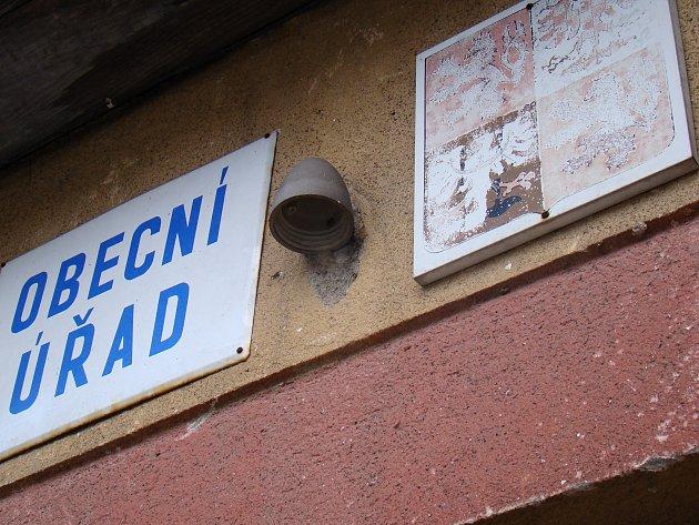 Budova Obecního úřadu v Meziříčku je zchátralá a bez přípojky elektřiny.