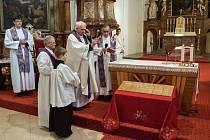 Generální vikář Jiří Mikulášek požehnal při nedělní mši základní kámen křesťanské mateřské školy Jabula v Moravských Budějovicích.