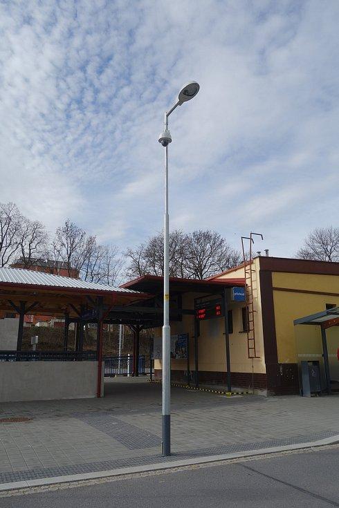 Vlakové nádraží v Třebíči. Kamera na sloupu.