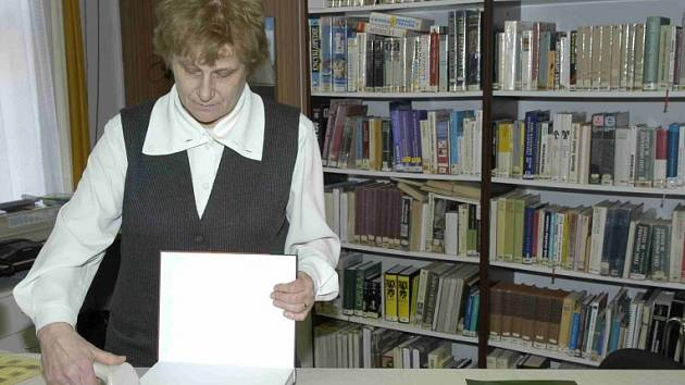 Jana Jánská při práci v knihovně.
