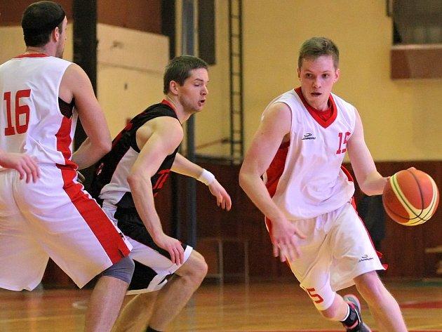 Až ve svém druhém utkání po novém roce dokázali vyhrát třebíčští basketbalisté (v bílém), kteří o vítězství v Kyjově rozhodli až v závěrečných vteřinách.