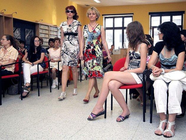 V módní molo se v pátek večer změnil sál hudebního oddělení Městské knihovny v Třebíči. Konala se tam již druhá módní přehlídka, ve které se v rolích modelek objevily tamní knihovnice.