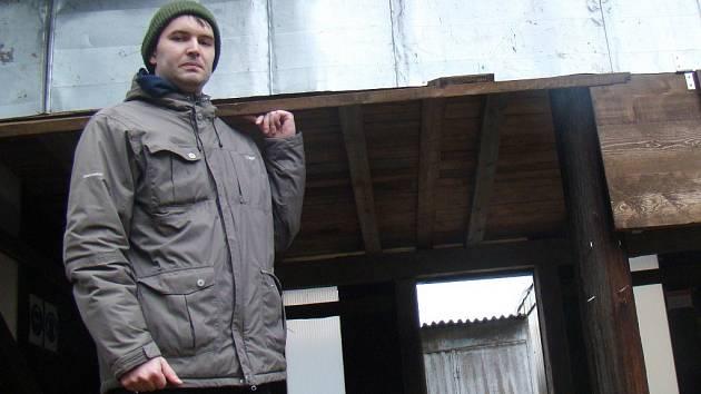 Stavy, místo na terče, stavební buňka přebudovaná na společenskou místnost i celý areál jsou tichým místem městyse. Stará se o něj 14 členů střeleckého klubu, včetně Ivo Dohnala (na snímku).