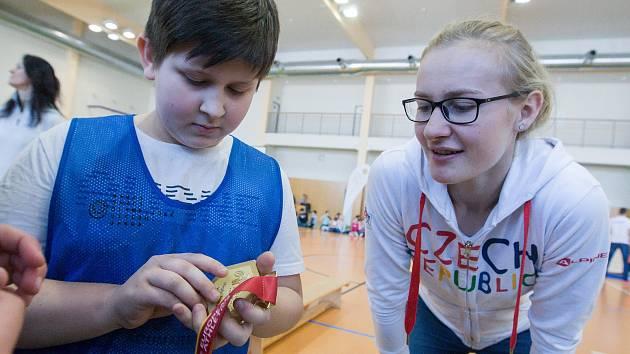 Zlatá medaile talentované výškařky Michaely Hrubé budila mezi žáky pozornost. Juniorská mistryně Evropy pak byla ráda, že mohla dodat motivaci ke sportu svým mladším potenciálním následovníkům.