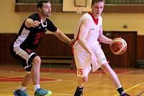"""Jasnou záležitostí se stalo druhé utkání třebíčských basketbalistů (ve bílém), kteří na domácí palubovce přehráli Teslu Brno. """"Byli jsme jednoznačně lepší,"""" řekl trenér Smital."""
