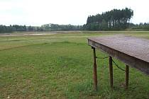 Vypadá jako podmáčené fotbalové hřiště.  Bahnitá obří plocha jednoho z největších rybníků na Třebíčsku přitahuje pouze komáry. Rekreanti odtud utíkají a neudrží je tu ani nabízené slevy majitelů kempu.