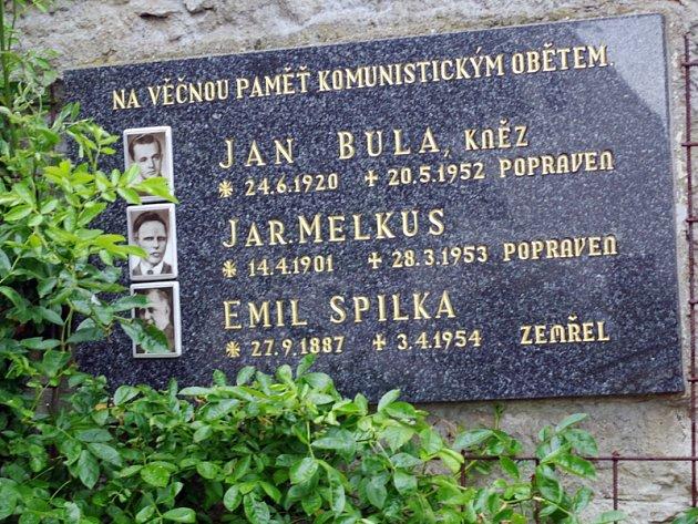 Pamětní deska na kostele v Lukově.