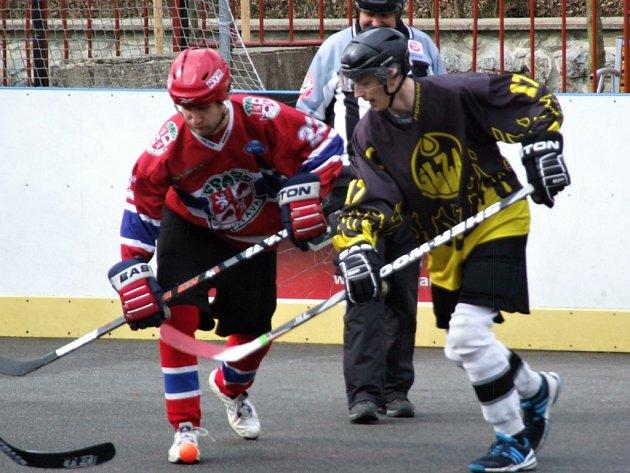 Třebíčští hokejbalisté (vpravo) na favorizovanou Jihlavu nestačili a pětkrát inkasovali.