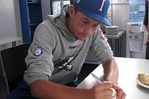 Patnáctiletý italský basebalista Gabriele Quattrini podepisuje míček, se kterým se mu povedl čtyřmetový odpal neboli homerun, první  v historii třebíčského stadionu Na Hvězdě.