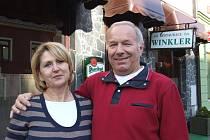 """MILENA A MIROSLAV WINKLEROVI. Jeden druhému jsou oporou nejen v životě, ale i v podnikání. """"Manželka umí v hotelu leccos vylepšit. Neustále vymýšlí, jak to tu zkrášlit,"""" přiznal Miroslav Winkler."""