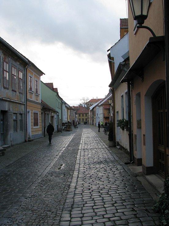 Užít si alespoň část židovské čtvrti bez aut mohli Třebíčané i turisté před dvěma lety při natáčení filmu Zádušní oběť.
