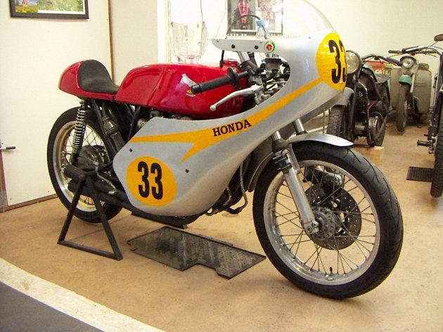 Okruhový závodní speciál Honda CB 400 z roku 1974 vlastní Libor Dokulil z Třebíče.