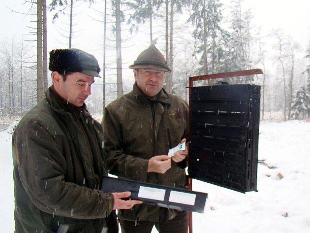Jaroslav Šíma (vlevo) z revíru Příštpo u Jaroměřic nad Rokytnou a Aleš Rusek (vpravo), lesní správce pro Třebíčsko, ukazují lapač kůrovců, na který mohou lidé už koncem března narazit v lesích.