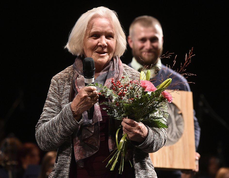 Spisovatelka Ludmila Klukanová přebírá ocenění Kraje Vysočina Kamennou medaili 7. listopadu 2019.