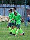 Fotbalistům Náměště-Vícenic (v zeleném) se ve druhém poločase rozhodujícího utkání sezony proti žďárské juniorce otevíraly možnosti rychlých brejků a dva využili.