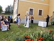 V Okříškách mají svatební síň pod širým nebem. U zámeckého altánu.