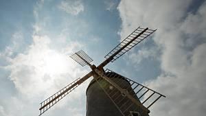 Větrný mlýn na Kanciborku v Třebíči, který už téměř dvě stě let dohlíží na výpadovku na Jihlavu, září novotou.