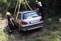 U Vladislavi skončil v úterý odpoledne po nehodě vůz mimo silnici. K vyproštění vozidla museli hasiči použít jeřáb. Foto: HZS Kraje Vysočina