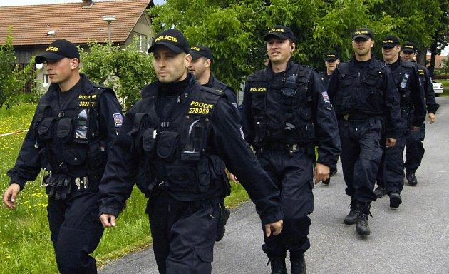 Policisté marně pátrají po několika osobách.