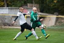 Fotbalisté Dukovan (v bílém) zahájili vzestup tabulkou v polovině září.