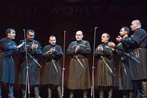 Podle publicisty Nicka Hobbse jsou oděni jako kati a zpívají jako světci.