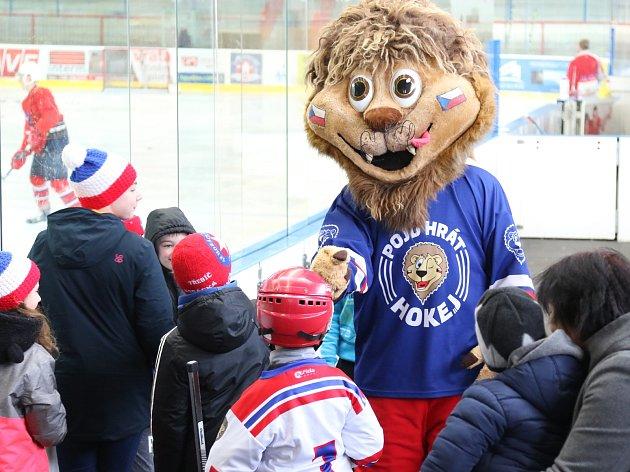 """Celkem 38 nových bruslařů přivítal zimní stadion v Třebíči. Horácká Slavia se pravidelně zúčastňuje Projektu """"Pojď hrát hokej"""", jehož smyslem je přilákat děti k lednímu hokeji."""