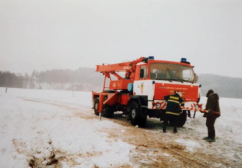 Sníh a silný vítr udělaly před 20 lety nejen z Třebíčska téměř nedostupnou zónu. Toto je vyprošťovací auto třebíčských  profesionálních hasičů.