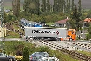 Dopravní nehoda na železničním přejezdu v Okříškách.