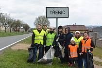 Skupina, která uklízela příkopy u silnice směrem na Sokolí.